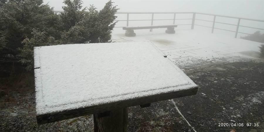 昨天起台灣受到東北季風及華南雲雨區影響,各地雲量偏多早晚亦較涼,玉山也從今天早上7點10分開始降雪。(中央氣象局提供/林良齊台北傳真)