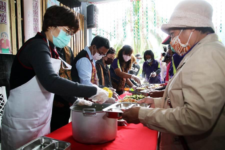 台東縣長饒慶鈴到文健站關心老人家健康,並親自為老人家打菜。(莊哲權攝)