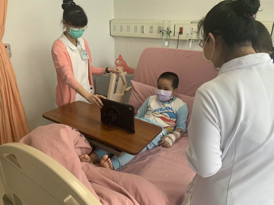 苗栗醫院提供「視訊探病」服務,以行動式通訊平板,讓病人與親友能在網路上傳遞溫情。(苗栗醫院提供/何冠嫻苗栗傳真)