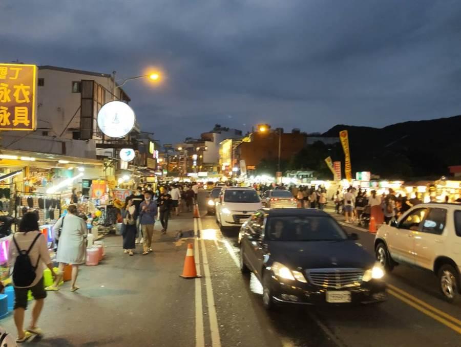 清明連假期間,許多遊客前往恆春墾丁大街遊玩(圖/中時資料照/謝佳潾攝)