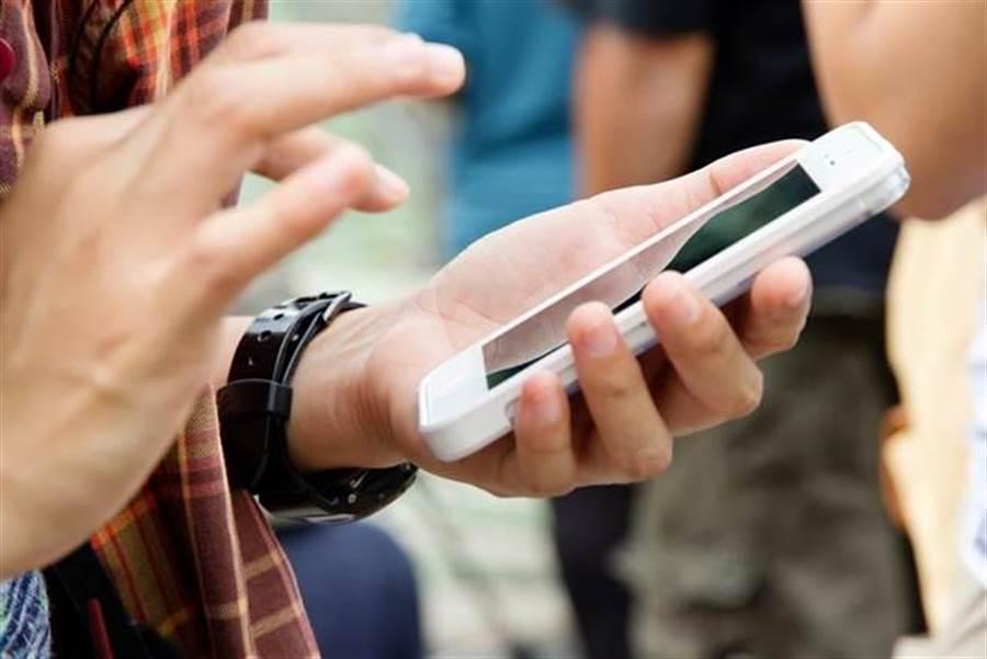 防疫新破口!研究顯示病毒殘留手機上 最長活達9天。(達志影像)