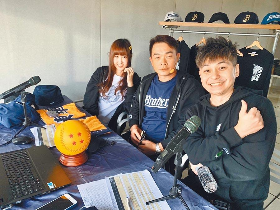 中信兄弟開設直播頻道,找來啦啦隊女孩希希(左)及球星彭政閔(中)。(中信兄弟提供)
