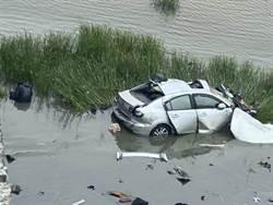 高屏雙園大橋小客車墜河床 駕駛待救援