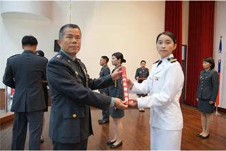 海軍第首位反潛直升機女飛官誕生 許秀青中尉亮麗完訓
