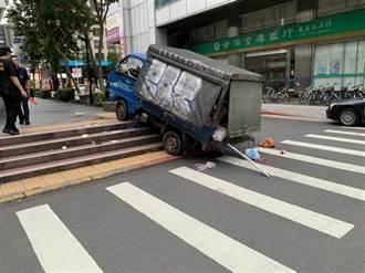 貨車駕駛開車撿手機撞進捷運出口 釀夫妻1死1傷判賠483萬