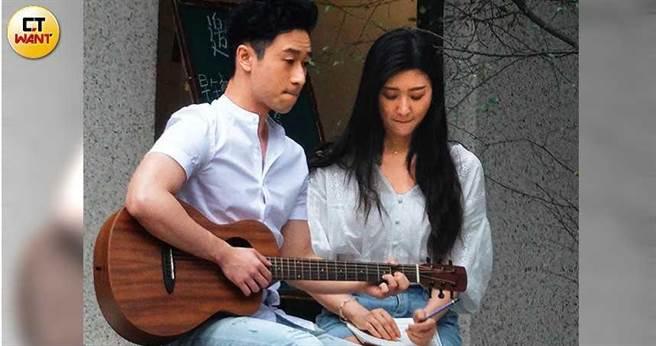 穿搭頗有情侶裝風格的林逸欣和Sam Lin,現身民生社區拍新歌MV。(圖/本刊攝影組)