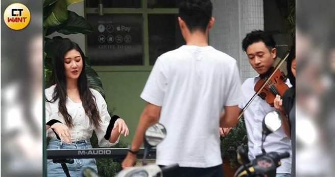 林逸欣和Sam Lin並肩坐在街頭玩樂器,默契十足。(圖/本刊攝影組)