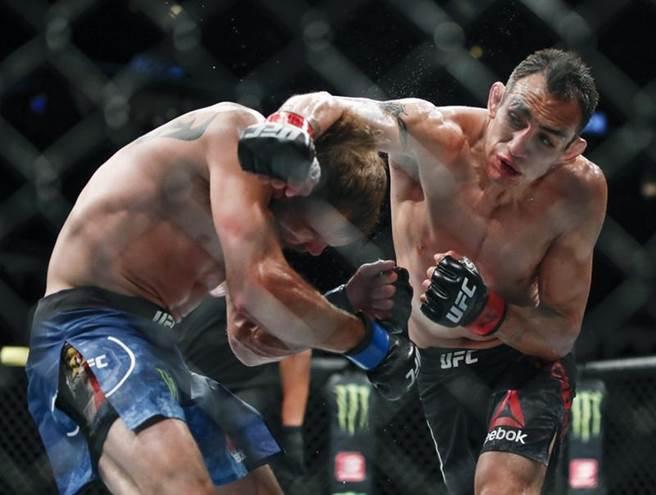 UFC拳手Tony Ferguson(右)將參加4月18日的比賽。(美聯社資料照)