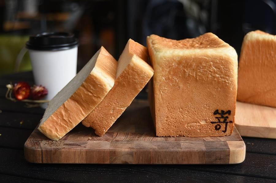 大阪人氣生吐司專門店〈SAKImoto Bakery〉插旗台北,吐司控可以嘗到無蛋無奶以湯種製作做出的〈極美自然吐司〉。(圖/姚舜)