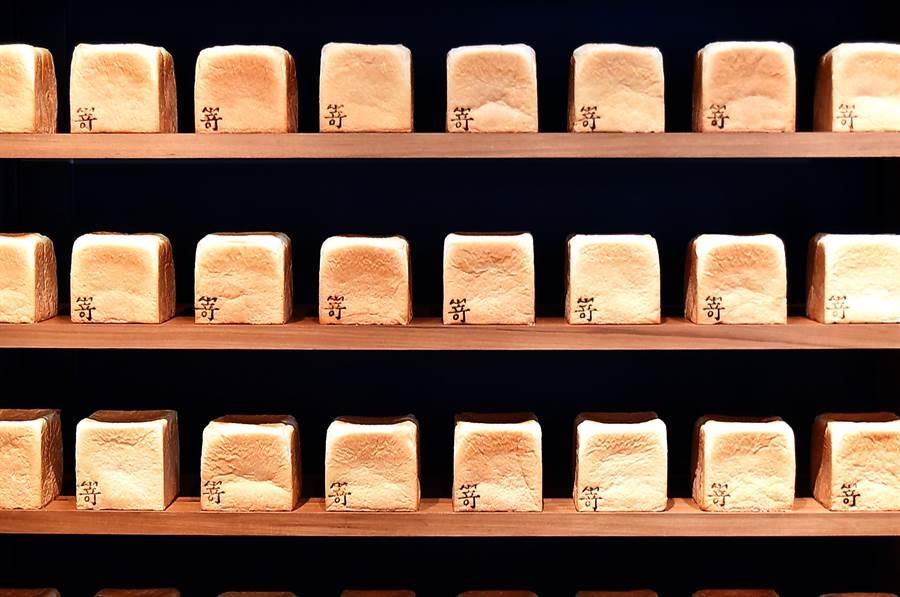 大阪人氣生土司專門店〈SAKImoto Bakery〉台北一號店,預計每天各烤出250條〈極生奶油牛奶吐司〉與〈極美自然吐司〉。(圖/姚舜)