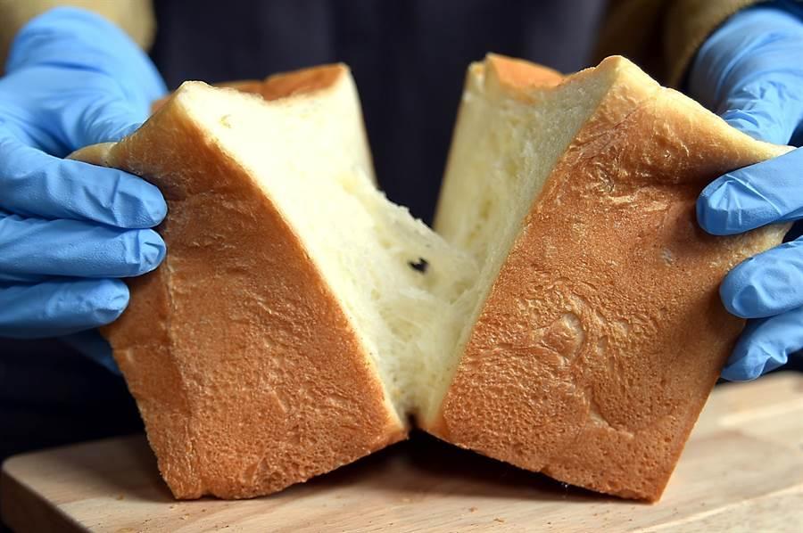 生吐司製作時沒有加雞蛋,麵糰含水量高,吃起來口感非常柔軟,但掰開時卻有一股微微的扯勁並產生「拉絲」效果。(圖/姚舜)