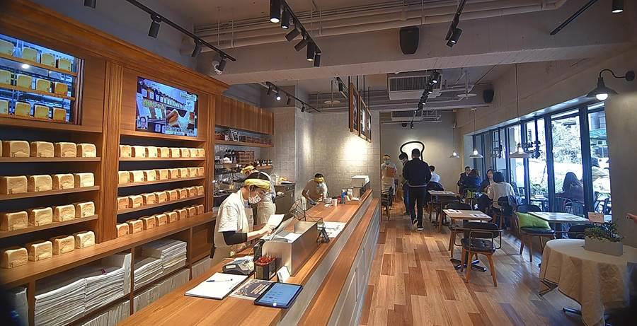 〈SAKImoto Bakery〉台北旗艦店內設有座位,客人以坐下來品嘗「吐司餐」。(圖/姚舜)