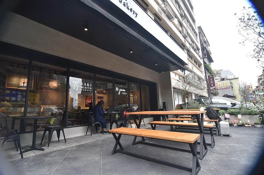 〈SAKImoto Bakery〉台北旗艦店戶外區有20個座位,天氣好時在此享用果醬套餐挺舒服。(圖/姚舜)