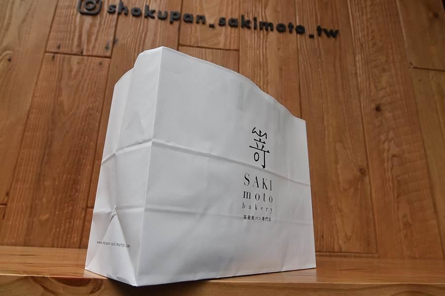 在〈SAKImoto Bakery〉台北旗艦店買生吐司回家或分送親友,是用這種時尚紙袋盛裝。(圖/姚舜)
