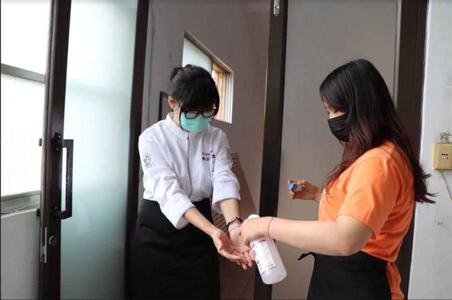 上課現場將才學堂學員從量體溫到戴口罩毫不馬虎。(圖/頂新和德文教基金會提供)