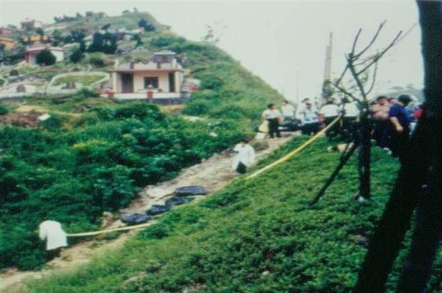 方招認裝有下半身的屍塊,是丟棄在汐止第一公墓一帶。(翻攝自葉毓蘭臉書)