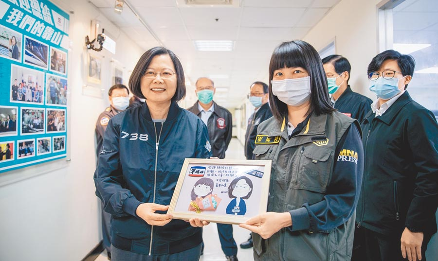 軍聞社陳映竹上士(中)致贈蔡英文總統(左)她親手製作的感謝卡。(軍聞社提供)