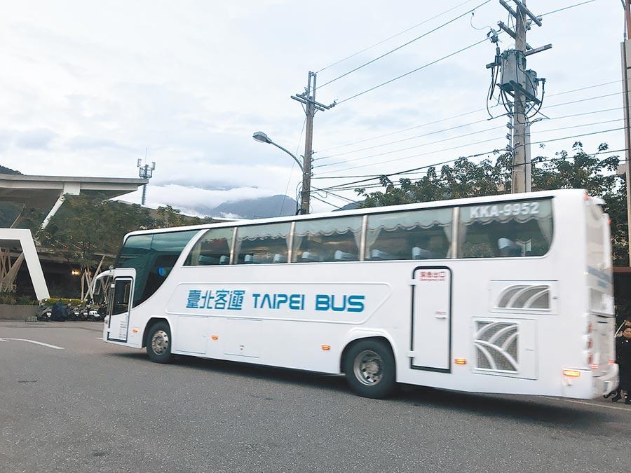 清明連假台北、花蓮間客運開了7.5小時,讓不少旅客紛紛退回程票。(許家寧攝)