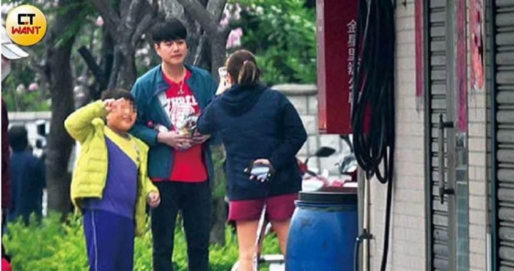 錄外景節目遇到熱情粉絲,李易親切地與小朋友合照。(圖/本刊攝影組)