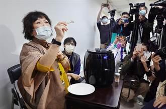 葉毓蘭說明氣炸鍋蒸口罩 示範用電鍋又忘放內鍋