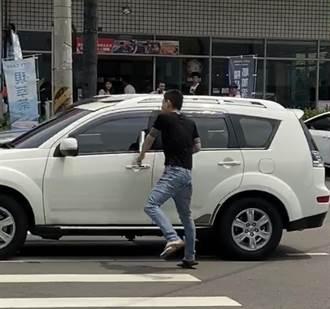 行車糾紛當街持鋁棒砸車 22歲男送辦
