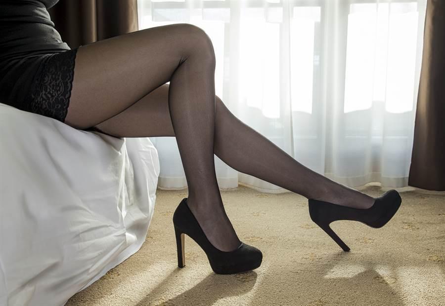 女保險業務員為業績上床,遇騙子保單沒賣成,還被刷卡30萬元、偷拍性愛片。(示意圖/達志影像)