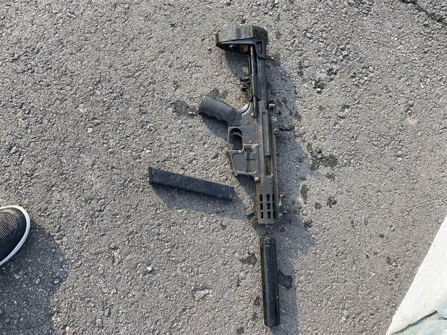 犯下北市板信銀行搶案的搶匪,做案時使用的M4衝鋒槍在台中一處台鐵水溝中被警方傳案小組挖出。(戴志揚翻攝)