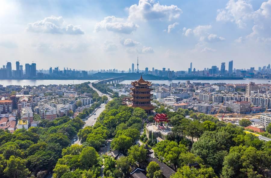 武漢8日宣告解封,城市交通開始恢復活力。(shutterstock)