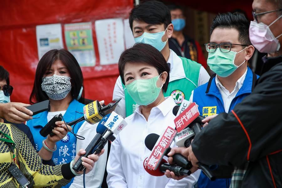 台中市長盧秀燕(前中)8日至北區公所慰問第一線防疫人員表示,全世界疫情目前相當嚴重。台中市政府防疫超前部署,讓疫情溫和平靜,感謝防疫人員努力。(張妍溱攝)