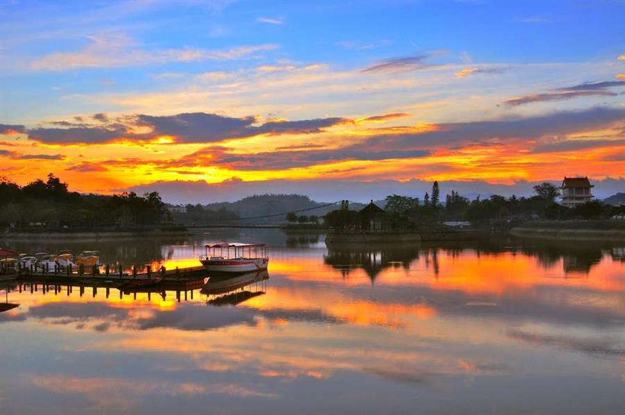 台南新化虎頭埤風景區有知名的虎埤八景,是攝影玩家、愛畫畫民眾拍照、寫生的熱門景點。(台南市觀旅局提供/劉秀芬台南傳真)