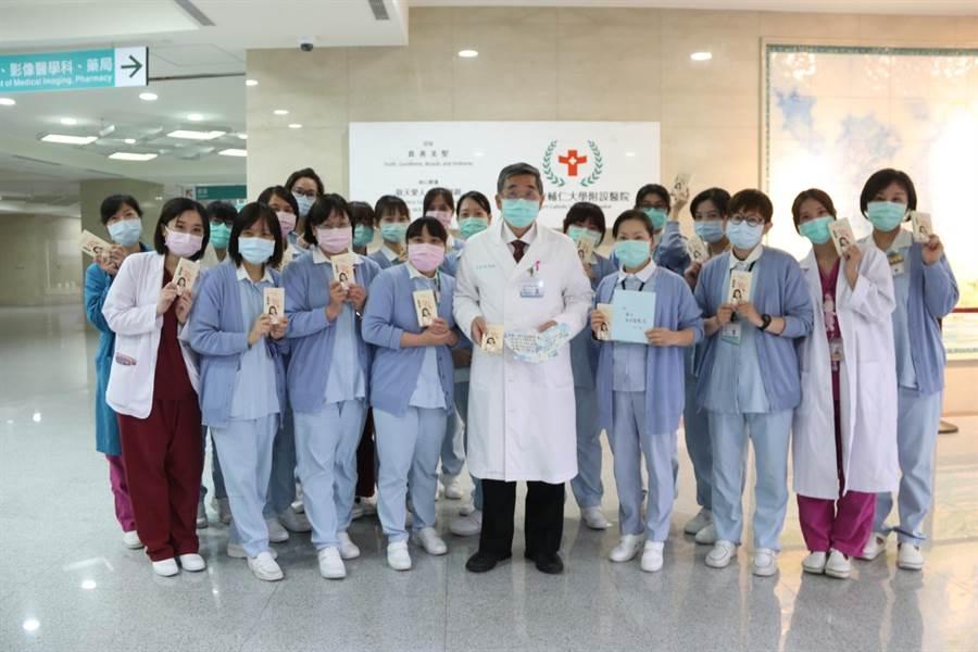 輔仁大學附設醫院醫護人員收到林志玲捐贈的補品相當開心。(輔大醫院提供)