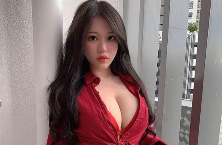 被譽為「真人版娜美」的馬來西亞網紅「Pui Yi 糖糖」把口罩當比基尼穿。(圖/IG@ms_puiyi)