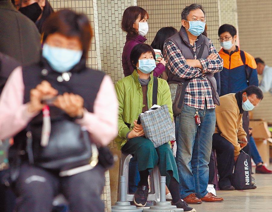 勞動部推出協助勞工度過難關措施,台北市就業服務處7日也推出千人就業服務方案,媒合失業民眾前往公務機關工作,在西門就業服務站外,民眾冒著寒風,排隊等候登記。(范揚光攝)