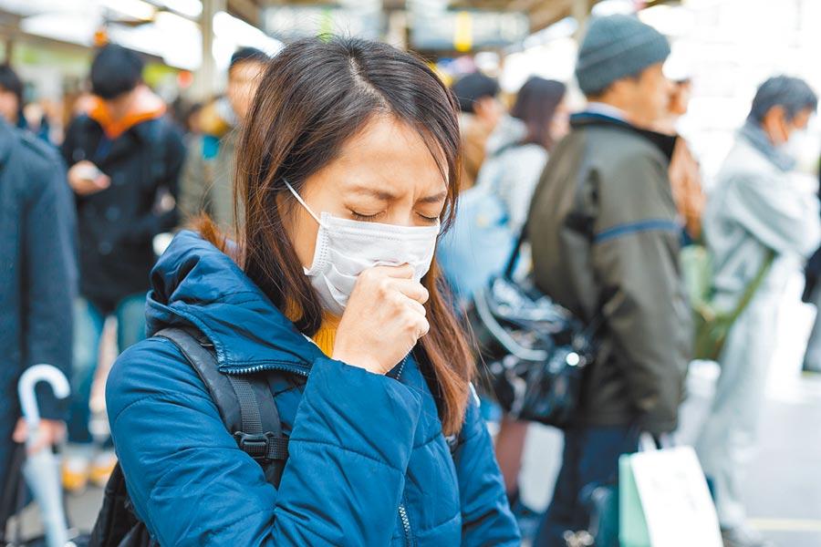 咳嗽不經意觸摸到口罩,恐產生防疫破口。(旺旺水神提供/李柏澔台北傳真)