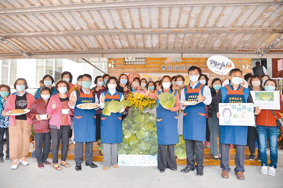 雲林縣長張麗善(前左五)助農民行銷高麗菜,推廣高麗菜料理。(張朝欣攝)