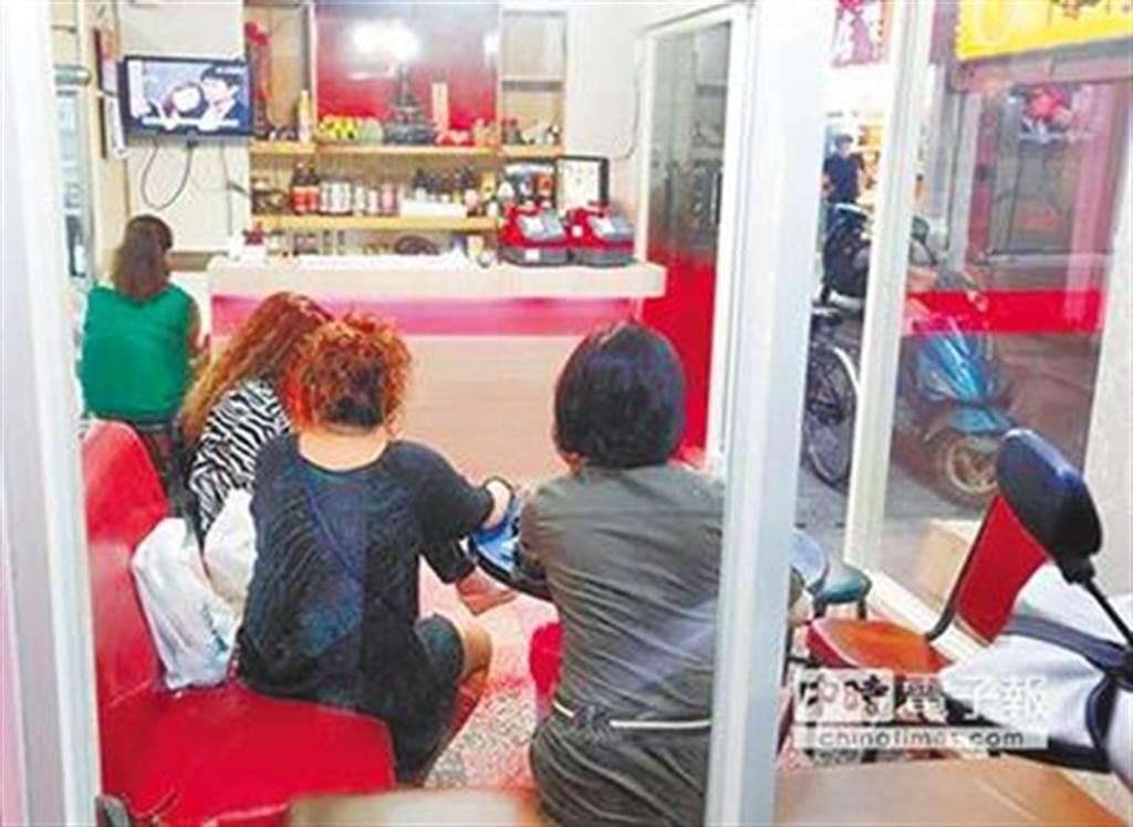 有近千小姐的萬華阿公店仍可照常營業。(本報資料照片)