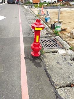 消防栓緊鄰禁停線 5度被撞斷