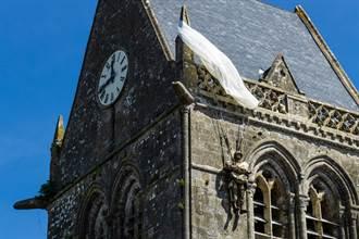 二戰最狂傘兵 竟掛在教堂上逾70年