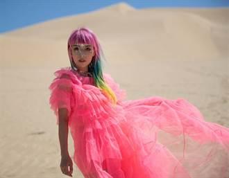 原子邦妮攀爬沙漠高點取景!高溫風沙難睜眼