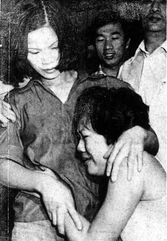 本名楊麗珠的「林小美」根本沒死,與其指認者華王理髮廳老闆娘劉碧緞相擁而泣。(中時資料照)