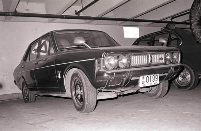 隨五股箱屍命案重嫌黃正雄同時失蹤的藍色轎車,1977年02月13日凌晨尋獲,轎車內並留有黃正雄寫給太太林阿敏的遺書。這部屬於黃正雄所有的轎車,是在台北市峨嵋街立體停車場4樓被發現的。(中時資料照)