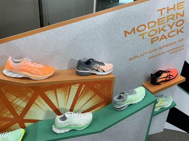ASICS 春季再推出結合現代東京街頭設計,及時尚科技發展意象的「MODERN TOKYO摩登東京」系列鞋款。(吳奕萱攝)