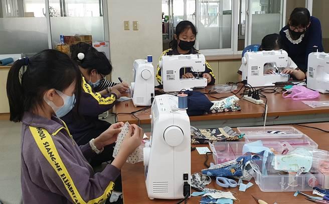 嘉義縣朴子市祥和國小營造「自造教室」,讓學生自製口罩、口罩套,帶防疫時刻派上用場。(翻攝/呂妍庭嘉義傳真)