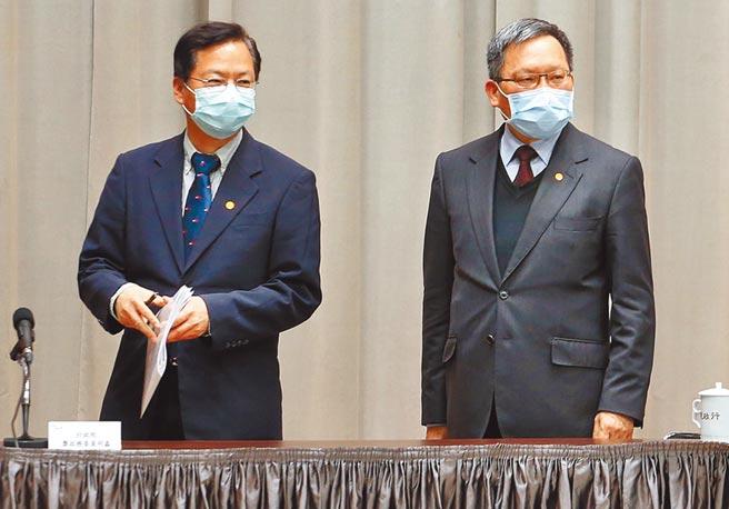 因應疫情衝擊,財政部長蘇建榮(右)與政務委員龔明鑫(左)強調,所有減稅都要經過修法,「緩不濟急」,補助措施「比較實在」。圖/范揚光