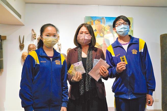 防疫產學合作,寬庭美學捐贈6.5萬片布料,提供北市89所國中結合家政課程。(北市教育局提供/游念育台北傳真)