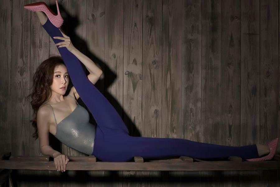 蕭薔長年練瑜伽,筋骨非常柔軟。(圖/FB@蕭薔)