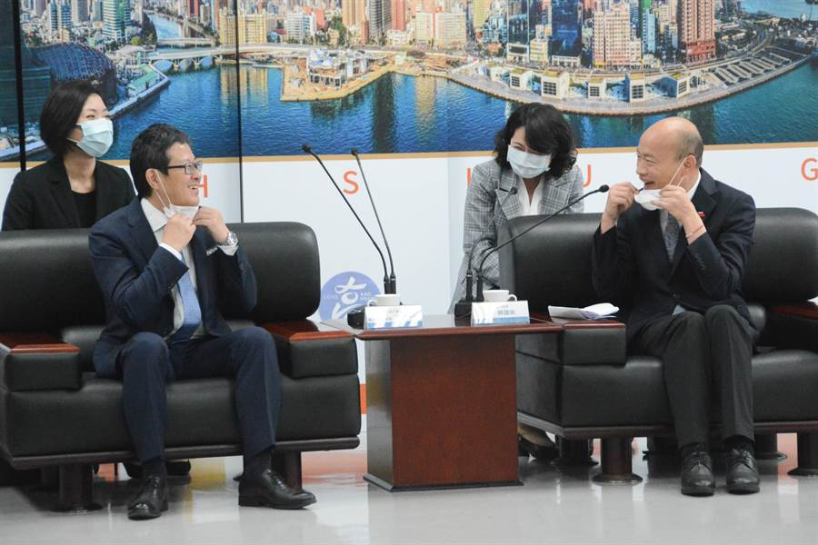 高雄市長韓國瑜(右)與台灣三井不動產董事長下町一朗(左)脫下口罩,彼此見識「真面目」。(林宏聰攝)