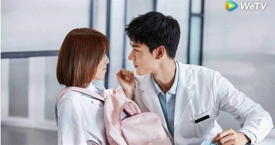 劉人語(左)、龔俊在《小美滿》是中文系樂觀少女與法醫系高冷男神的配對。(圖/WeTV)