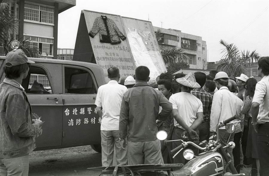 五股箱屍命案發生後,台北縣警察局為儘早偵破,特將死者遺物排在消防車上巡迴展覽,並懸賞5萬元,希望民眾提供線索。(中時資料照)