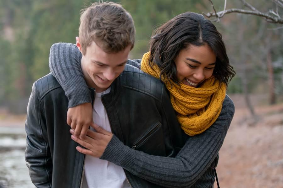 「暴風女」亞莉珊卓希普與《牠》尼可拉斯漢米頓飾演熱戀的高中生情侶。(威視電影提供)